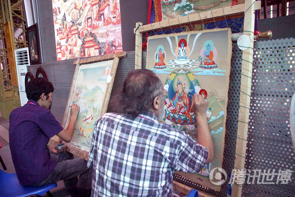 洛松向秋(右)和徒弟西绕降村专注的画着各自的作品。唐卡,这件藏族文化中的艺术瑰宝,就这样一代一代地传承了下去