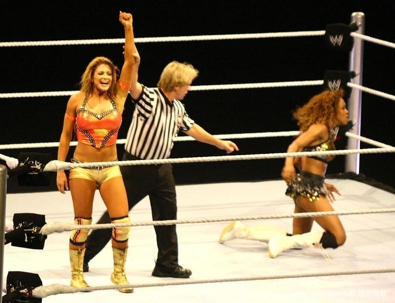 高清:美式女子摔跤表演赛 火爆上演 新员工培