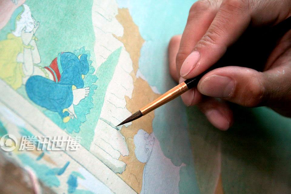 高清:藏族艺术家现场绘唐卡