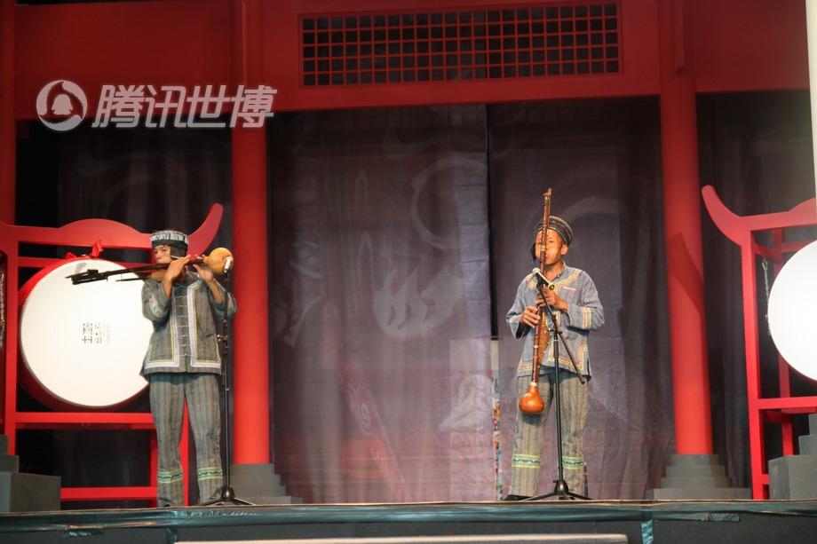 贵州的奇才,演员杨宗保吹奏自制的乐器八音套笛