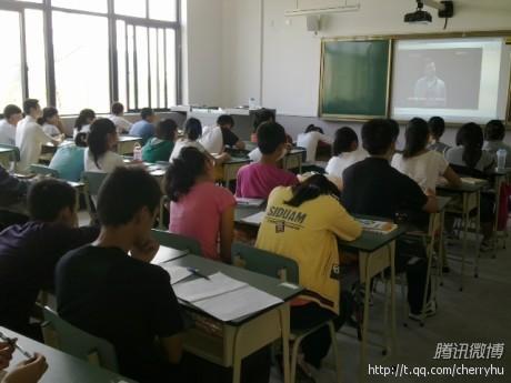 开学第一课,片子在放教学生如何安全避灾避险。