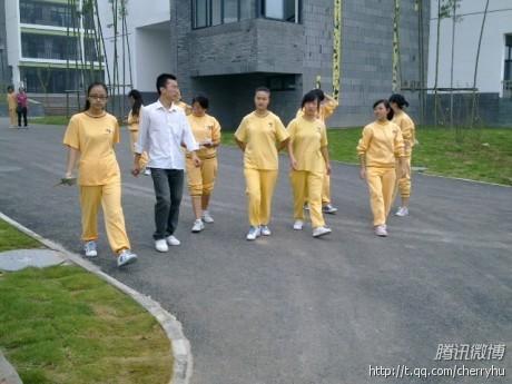 学生都换上了昨天刚领的校服,明黄色,很有生气