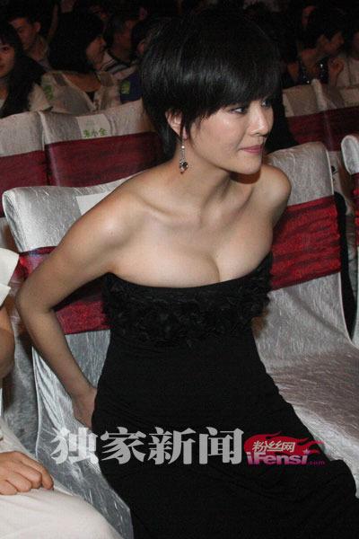 刘孜大肚频频遭摸 低胸礼服后露纹身前爆乳(图)