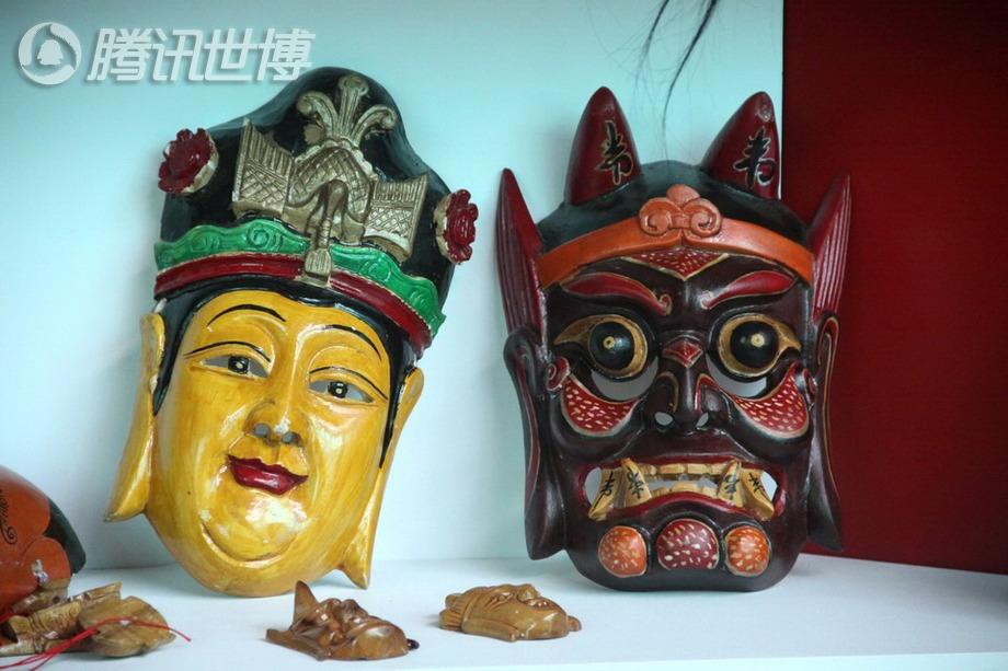 在世博宝钢大舞台传习区展示的各色傩面具