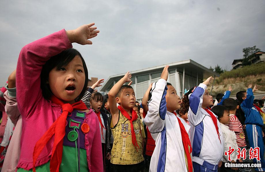 映秀小学学生向国旗敬礼.