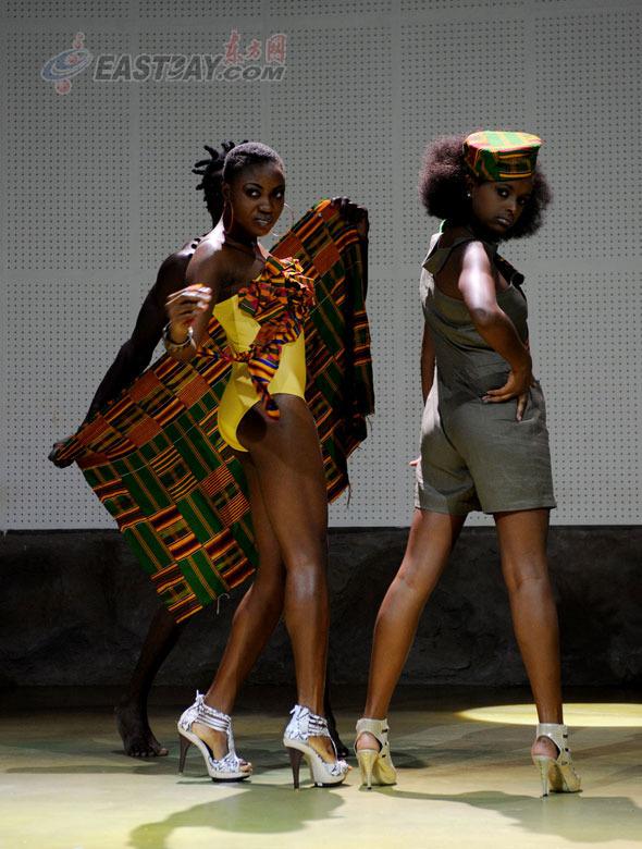 满诱惑与野性的非洲女人演绎着经典的非洲服饰.-非洲馆联合馆时装图片