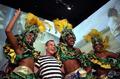 高清:巴西馆上演桑巴狂欢 美女与游客共舞