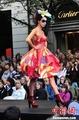 高清:捷克布拉格繁华街区上演街头时装秀