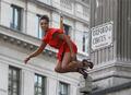 高清:让人瞠目结舌的创意 英国空中时装秀