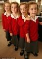 组图:英国同卵四胞胎小姐妹迎来入学第一天
