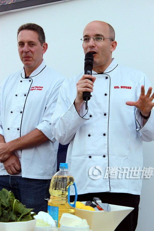 作为以色列红极一时的美食作家和主持人,Gil先生(右)在以色列菜由基本传统食物向精致美食烹饪的演变过程中发挥了举足轻重的作用。