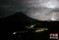 高清:闪电与火山黑烟空中交汇奇观