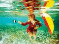 组图:唯美的水下摄影 爱丽丝漫游水世界