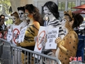 高清:纽约时装周美女身涂动物彩绘倡环保
