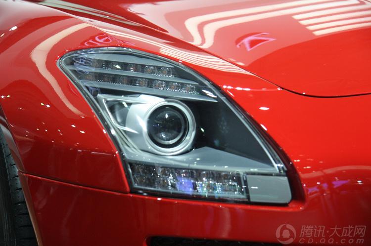 奔驰sls65跑车 红色车身引人驻足观望高清图片