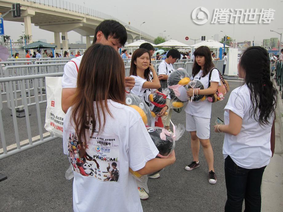 9月15日早晨,在腾讯游戏及熊猫迷的工作人员带领下,多位游戏玩家在世博会7号口门前集合