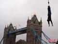 高清:英国牛人1小时42次蹦极跳破世界纪录