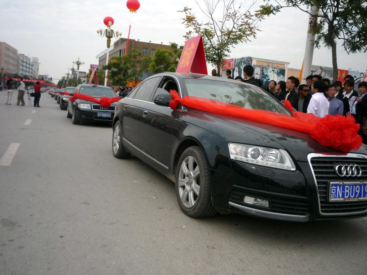 audi车-系着红绸的奥迪车队驶进献县县城.家伟/东方IC图片