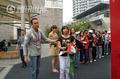 高清:马德里馆竖起中国墙 插旗领取纪念徽章