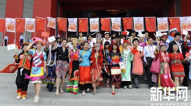 10月1日,少数民族代表在-56个民族齐聚中国国家馆