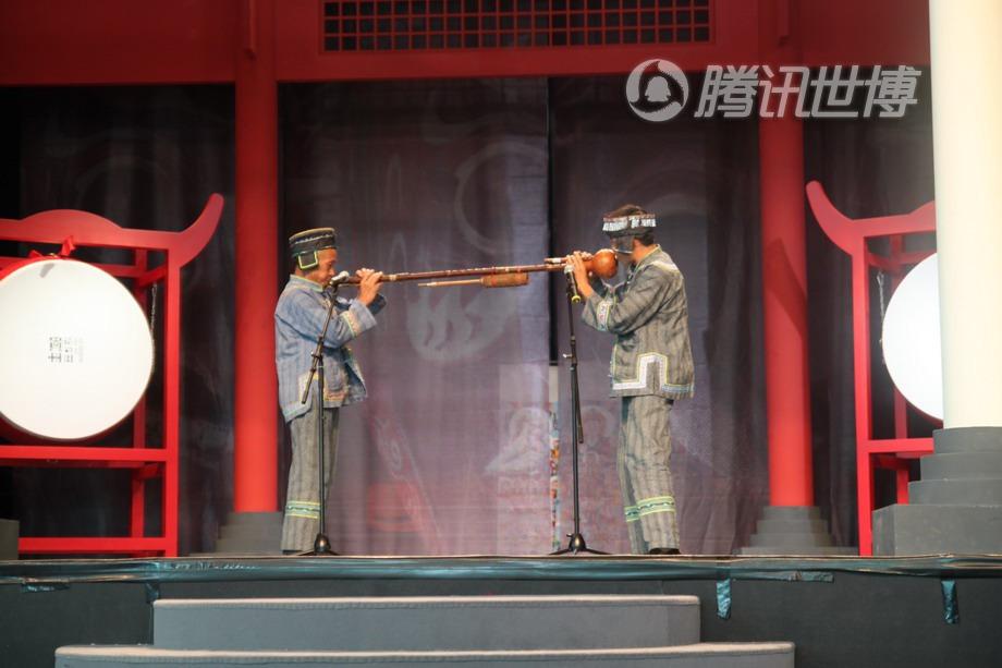 父子合奏,共同吹一支八音套笛