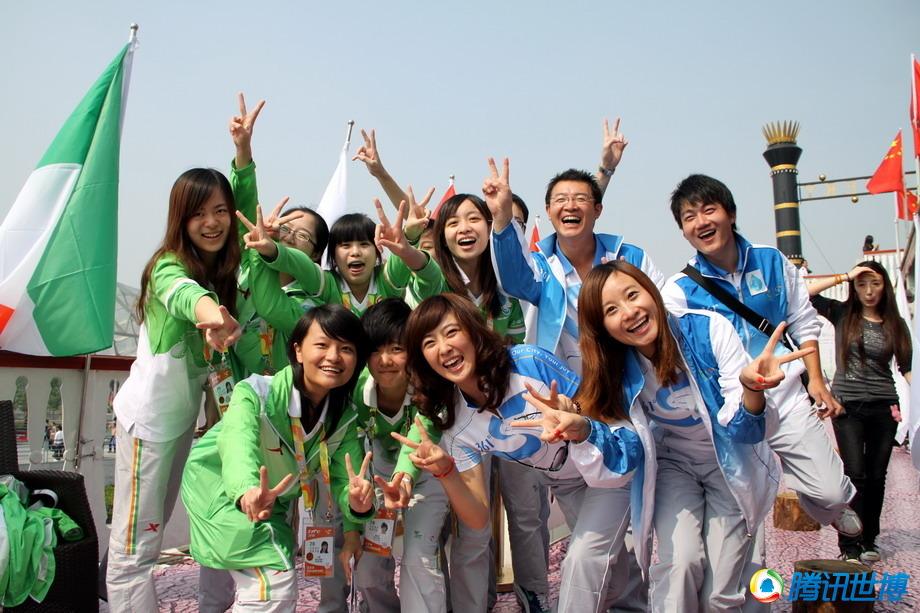 为世博服务的青年志愿者们在世博七号游船上留下灿烂的笑容
