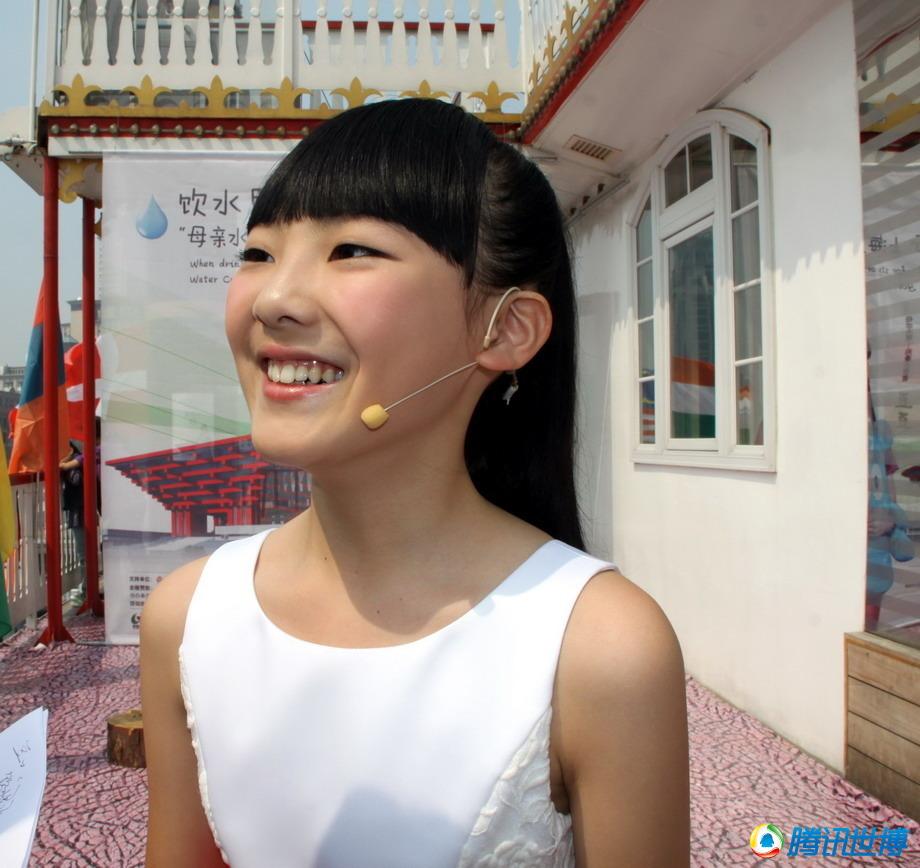 豆豆是一个有着甜美笑容的十岁女孩