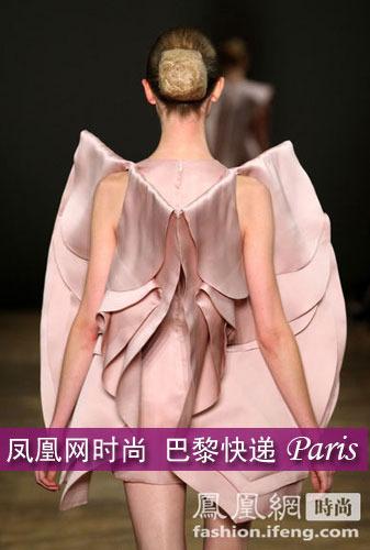 模特穿透明褶皱裙t台摔倒 竖