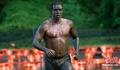 高清:美国纽约梅里尔岛举办趣味泥地赛跑