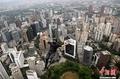 高清:极限高手吉隆坡双子高塔上玩跳跃