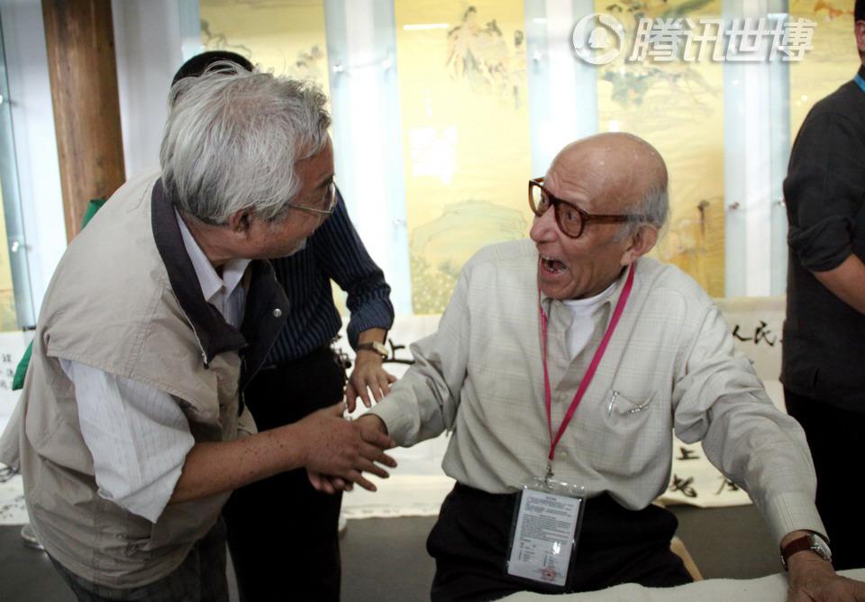 在世博园,90岁高龄的高式熊老人和老友久别重逢