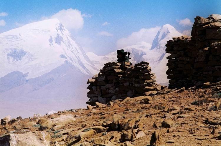 纪录类+收藏作品+边关30年(组6)+王建民+1990年6月,帕米尔高原慕士塔格峰下的险峻哨所。 四季凛冽的寒风,剥光了山皮,削尖了岩石,却动摇不了军人的意志。