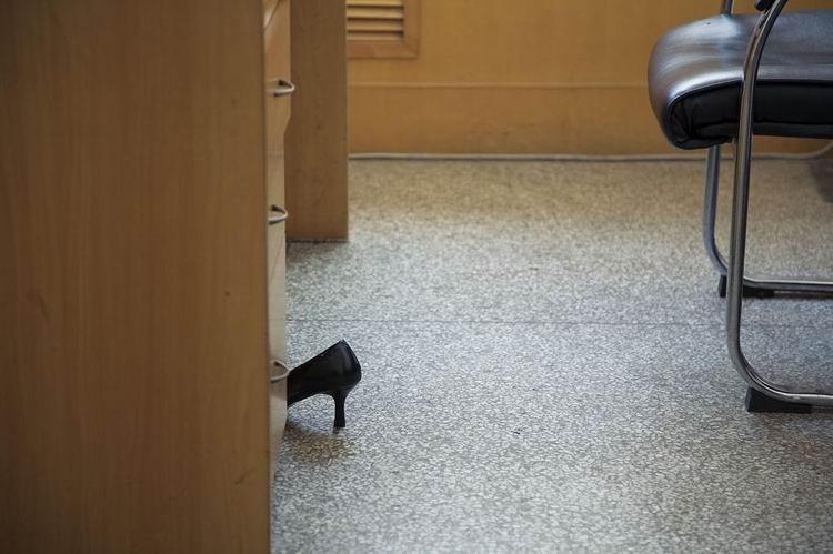 纪录类+收藏作品+单位(组1)+宁舟浩+办公桌下替换的鞋子。