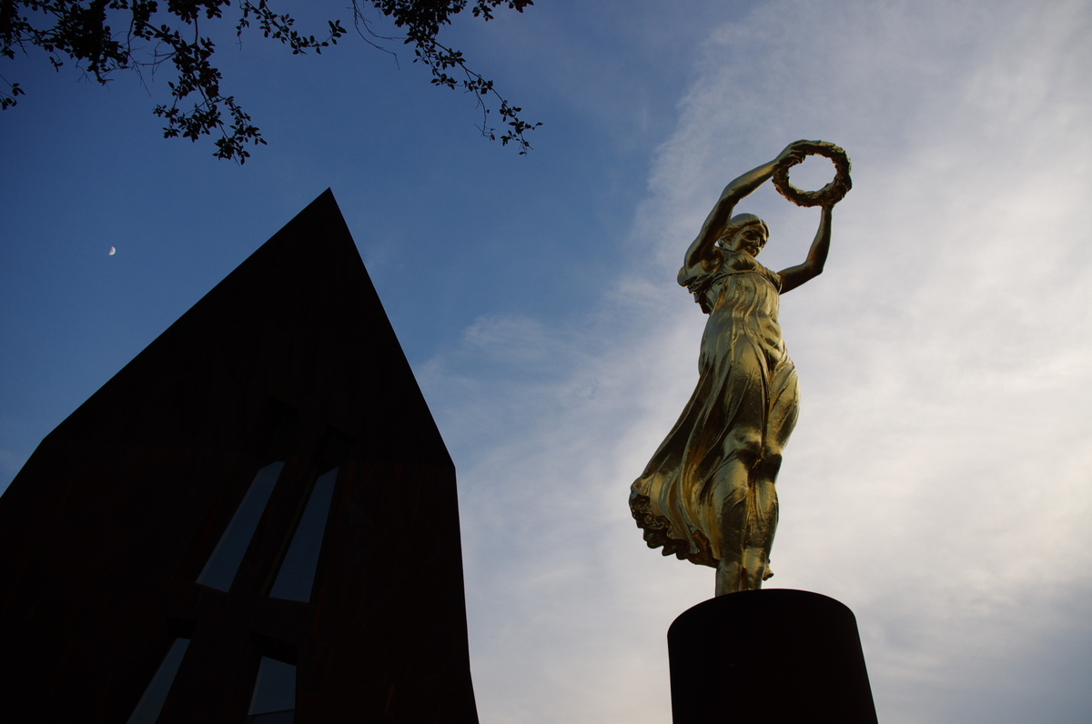 高清:爱拍上海作品展示 卢森堡馆的金色少女