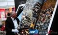 高清:德国展出世上最大的书 翻动需浑身力气
