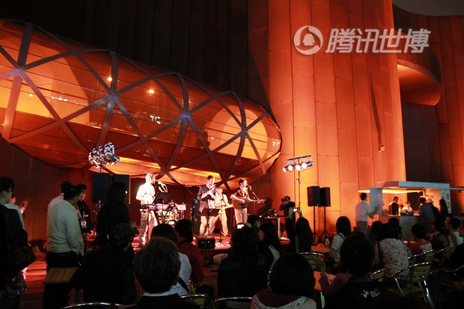 澳大利亚馆外的乐队表演,无需排队。在凉爽的秋日夜晚,在这里听听音乐歇歇脚也是一件美事