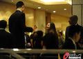 组图:姚明出席火箭酒会 与黑衣女子相谈甚欢