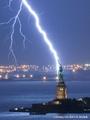高清:摄影师拍下闪电击中自由女神震撼场景