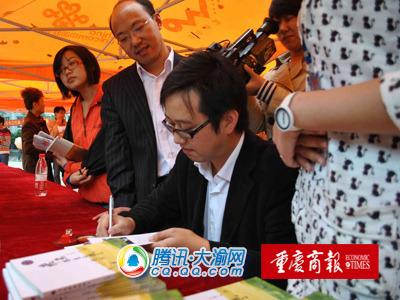 校园作家李金福签名售新书 掀高校文学热潮