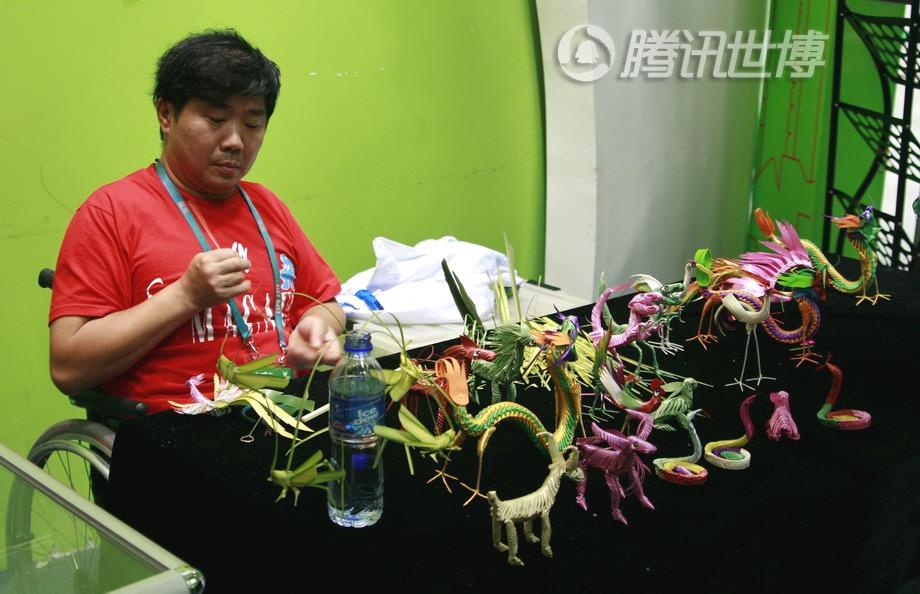 朱正流先生正在做他的草编蚱蜢