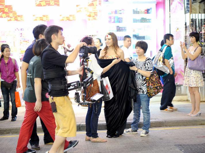 尹蓁晞出席万圣节活动 化身动漫美女秀长腿 腾
