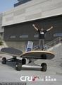 高清:世界最大滑板亮相美国加州 长10多米