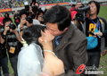 成都球迷婚礼演热吻
