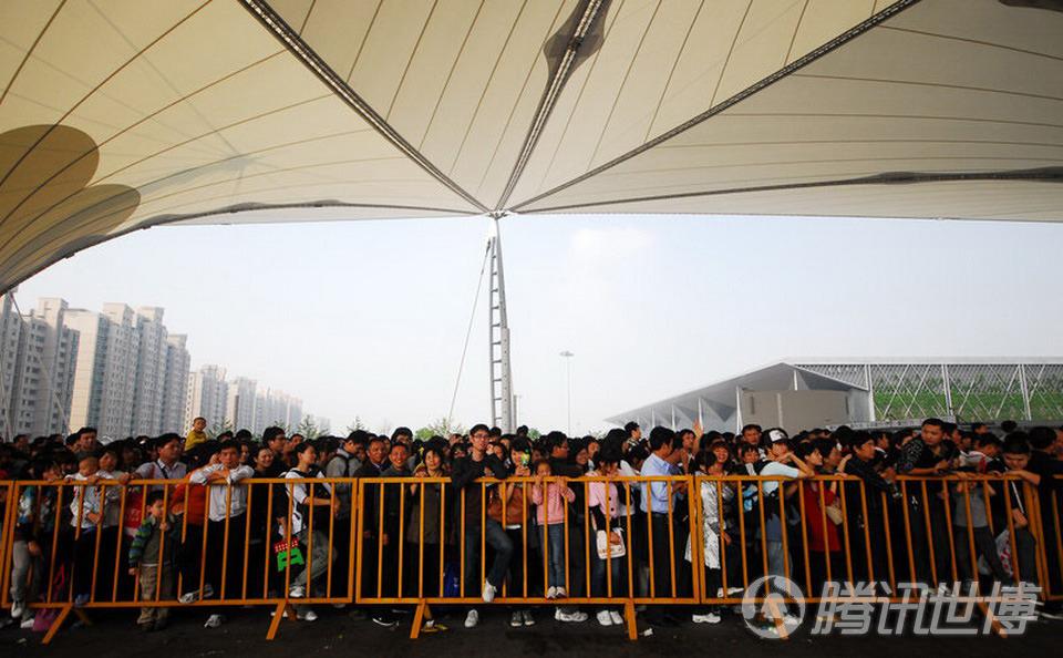 世博游客在上海世博园区耀华路主入口排队入园.-上海世博会临近尾