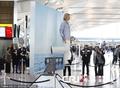 高清:荷兰幻术家伦敦机场表演悬空行走