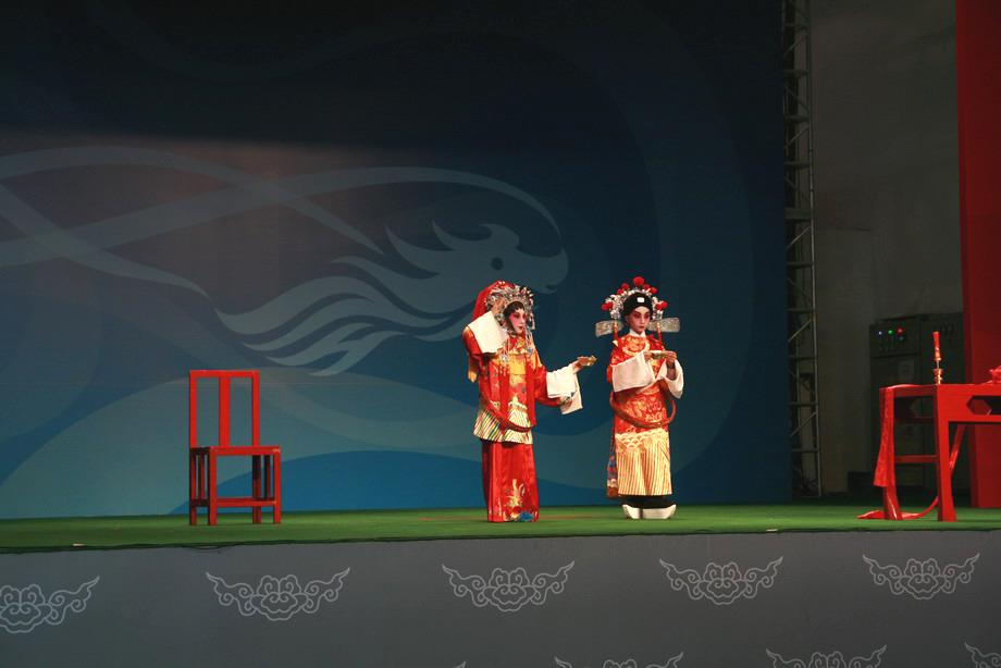 粤剧团小演员正在演出,虽动作和唱腔有点稚嫩,但形神和声音却十分优美,让人难忘
