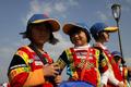 高清:土家族小孩游上博外滩 民族服装惹眼球