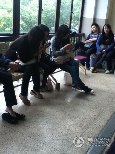 俞灏明粉丝到达医院耐心等待 关注偶像病情(图)