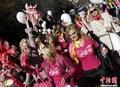 高清:保加利亚举行金发女郎街头大游行