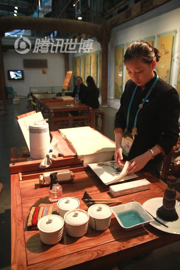 朵云轩的展台前,技师正在准备演示木版水印技术